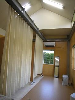 カーテンの仕切りがある施術スペース