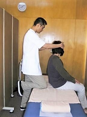 4 首を前後左右に回旋・側屈させ、動きの範囲や、動きに伴うつっぱり感や痛みなどが出ないか等を確認します