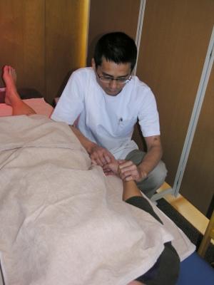9 脈診(検脈)をして、鍼をする前より良くなっているかどうかをみます