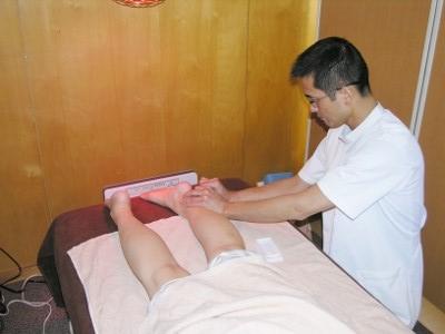 11 膀胱系の反応のあるツボに鍼をします