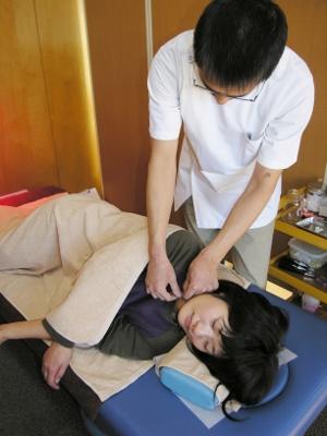 15 横向きになっていただき、首・肩に鍼をします