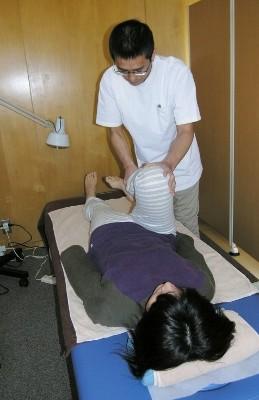 17 関節を曲げた状態で、股関節を屈曲し、脾・胃経の状態をチェックします