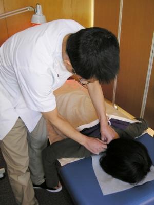 14-2 肩・首の反応のあるツボに鍼をします