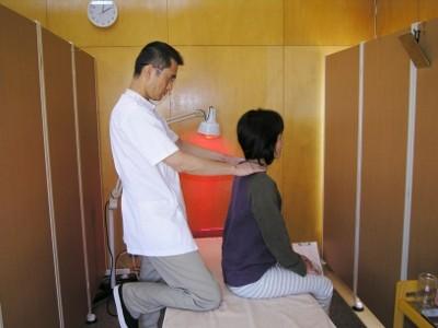24-1 鍼をする前と体のゆがみなどを比較します