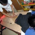 腰への鍼施術の写真OKはり灸マッサージロゴ