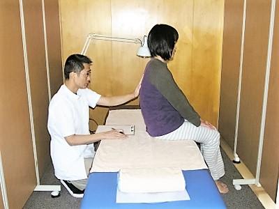 2 肩の高さの左右差、背骨のゆがみ、腰背筋の左右差などを確認します