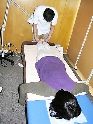 10-1 うつ伏せの状態で、脚の長さの左右差を診ます。 脚を伸ばした状態と、曲げた時のひざ下の長さもチェックします