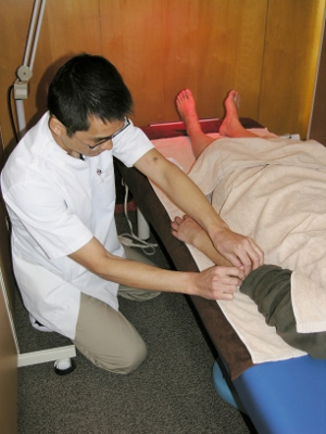 6-1 上肢の経絡の反応するツボに鍼をします
