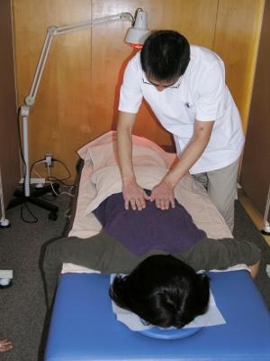 10-1 次に、うつぶせになり、鍼をする前の状態と比較します