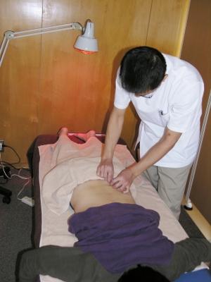 12 腰と背中の反応のあるツボに鍼をします