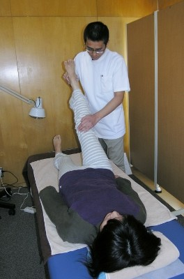 16 膝関節を伸ばしたまま股関節の屈曲をし、腎・膀胱経の状態をチェックします