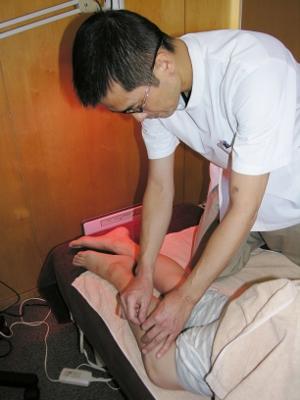 17 下肢の胆経の反応のあるツボに鍼をします