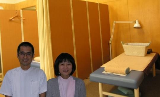 院内と男女従業員写真